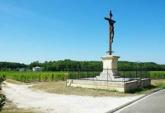 La croix de Seguin en lisière des vignes du Château Seguin