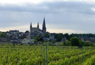 Le village du Puy-Notre-Dame avec sa Collégiale