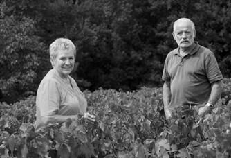 la famille dans les vigne en noir et blanc