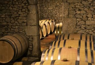 Château Pré la Lande - Les fûts de chêne dans la cave