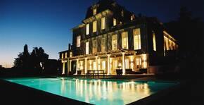 Château Gaby - La piscine et le château de nuit