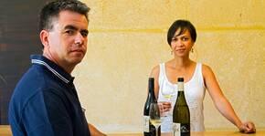 Clos de l'Amandaie - Stéphanie et Philippe dans le caveau de dégustation