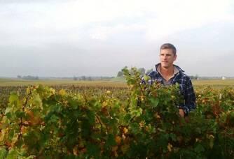 Nicolas Meylan dans ses vignes