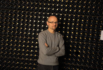 Cyril Jeaunaux devant ses bouteilles