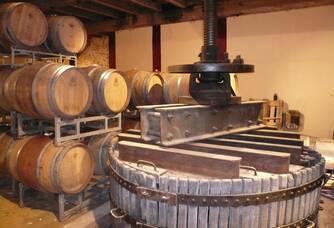 Le pressoir dans la cave du Domaine de Fontenelles