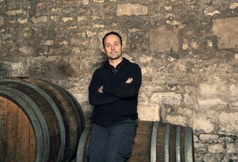 Eric Santier dans sa cave